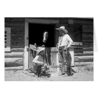 Zwei Cowboys stehend nahe bei einer Scheune mit Karte