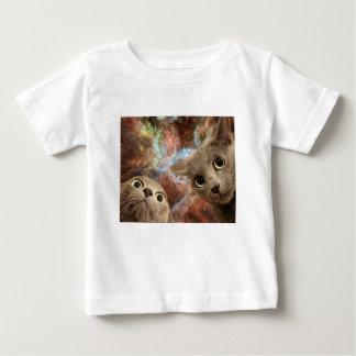Zwei graue Katzen im Raum vor einem Nebelfleck Baby T-shirt