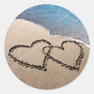 Zwei Herzen in den Sand-Aufklebern Runder Aufkleber