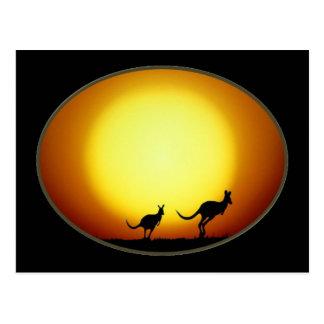 Zwei Kängurus silhouettiert in einem ovalen Postkarte