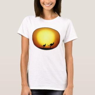 Zwei Kängurus silhouettiert in einem ovalen T-Shirt