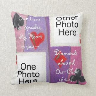 Zwei Karten im Liebe-romantischen quadratischen Kissen