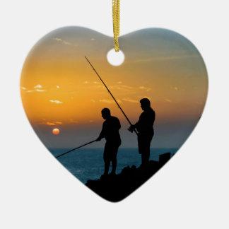 Zwei Männer, die am Ufer fischen Keramik Herz-Ornament