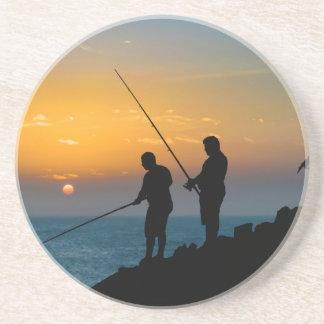 Zwei Männer, die am Ufer fischen Sandstein Untersetzer