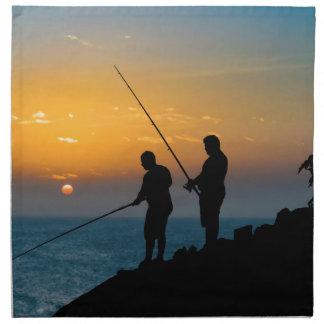 Zwei Männer, die am Ufer fischen Stoffserviette