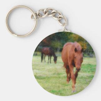 Zwei Pferde auf Bauernhof-Feld Schlüsselanhänger