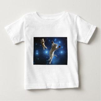 Zwei Raum-Katzen, die um Galaxie schwimmen Baby T-shirt