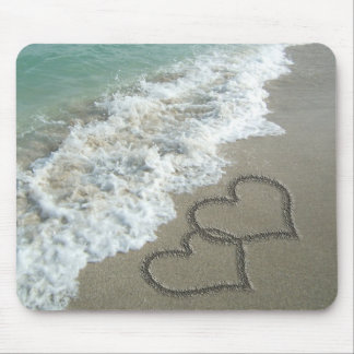 Zwei Sand-Herzen auf dem Strand, romantischer Ozea Mauspads