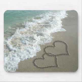 Zwei Sand-Herzen auf dem Strand romantischer Ozea Mauspad