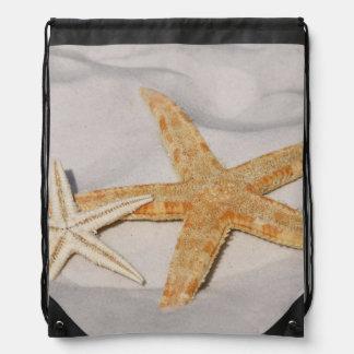 Zwei Starfish in der Sanddrawstring-Tasche Turnbeutel