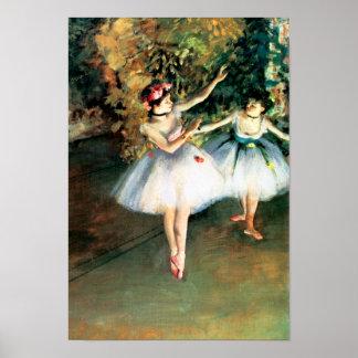 Zwei Tänzer auf einer Bühne entgasen vorbei Poster