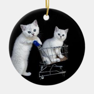 Zwei weiße Kätzchen mit Einkaufswagen auf Keramik Ornament