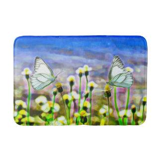Zwei weiße Schmetterlinge in einer gelben Badematte