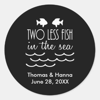 Zwei weniger Fische in der Seehochzeit Runder Aufkleber