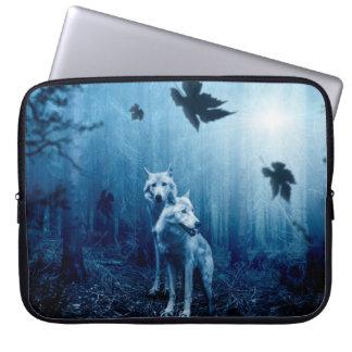 Zwei Wölfe - weißer Wolf - wilde Tiere Laptop Sleeve